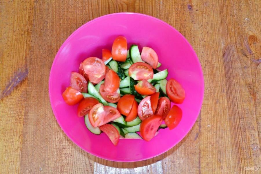 Следом измельчите помидоры.