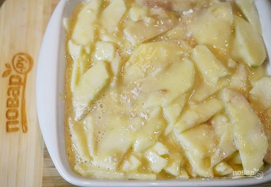 6. Форму смажьте маслом, вылейте в неё тесто с яблоками.