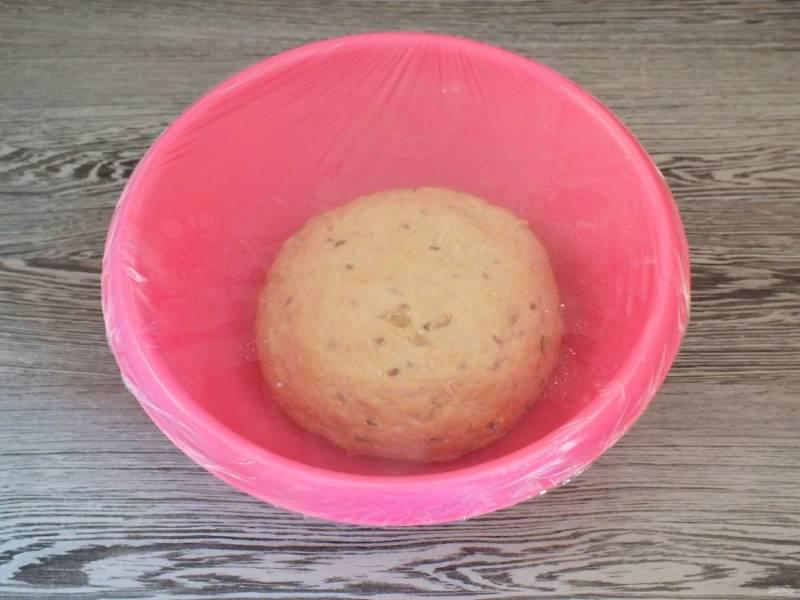 Готовое тесто должно получиться мягким, не липнущим к рукам. Округлите его и переложите в чашу. Накройте пленкой и оставьте в теплом месте на 1 час 15 минут.