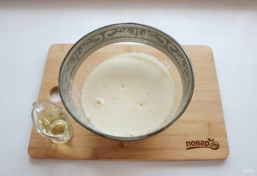 Взбейте миксером до пышной пены и влейте подсолнечное масло и молоко. Перемешайте.