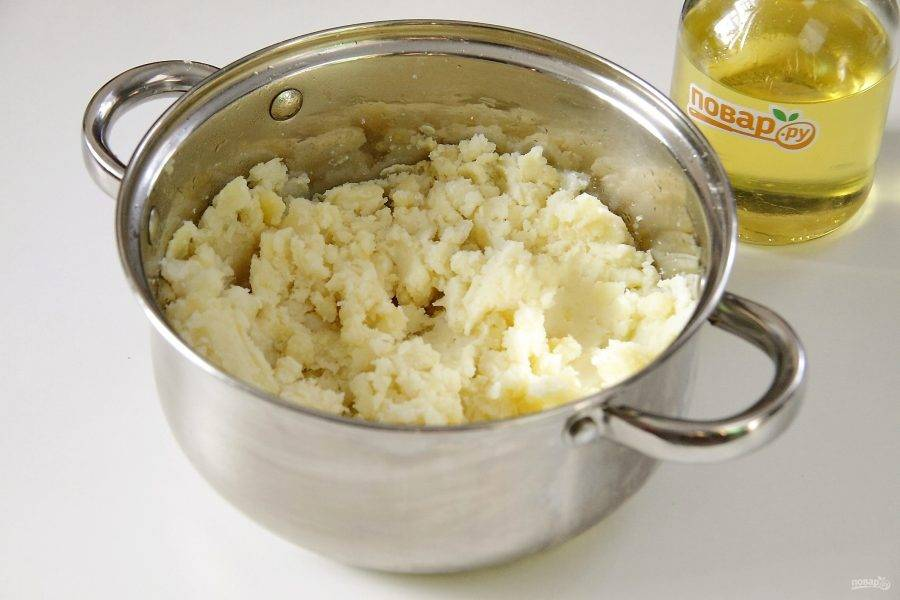 Готовый картофель очистите и истолките в пюре.