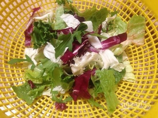 1. Листья салата тщательно промываем под струей воды и затем максимально обсушим. Мне нравится микс салатов, а вы можете использовать любой, свой любимый. Если листья салата крупные - порвите их на кусочки.