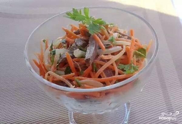 Еще раз перемешайте салатик. Разложите его по порциям и залейте 2 ложками маринада из-под лука. Теперь вы знаете, как приготовить салат с маринованным луком. Приятного аппетита!