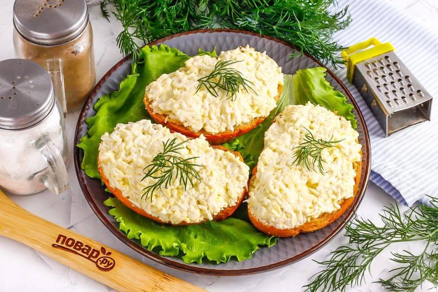 Для подачи выложите приготовленный салат на ломтики хлеба: батона, кирпичика или багета. Украсьте свежей зеленью. Приятного аппетита!