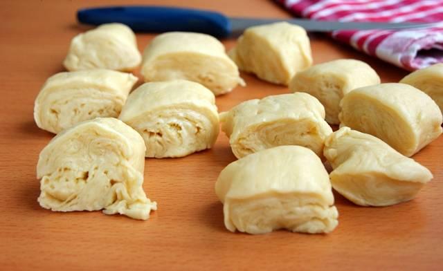 Вынимаем тесто из холодильника и нарезаем на кусочки. Получится примерно 10-12 кусочков. На разрезе видно, каким должно получится тесто - похоже на слоеное.