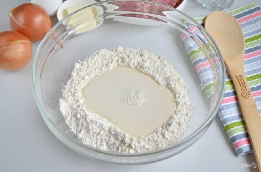 Сначала нужно сделать тесто. Возьмите глубокую посудину, всыпьте в неё два стакана муки, соль и ледяную воду. Начните замес теста.
