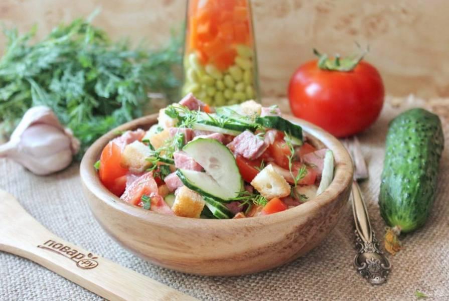 Салат с помидорами, огурцами и сухариками готов. Приятного аппетита!