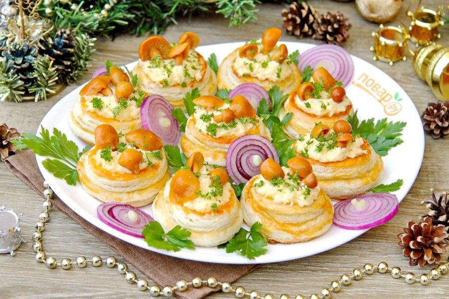 Новогодние волованы с сыром и грибами готовы. Приятного аппетита!