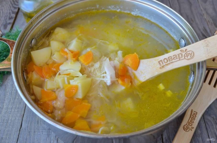 Добавьте картофель, предварительно очищенный и порезанный кусочками, проварите 15 минут. Добавьте жареные овощи и доварите суп до полной готовности.
