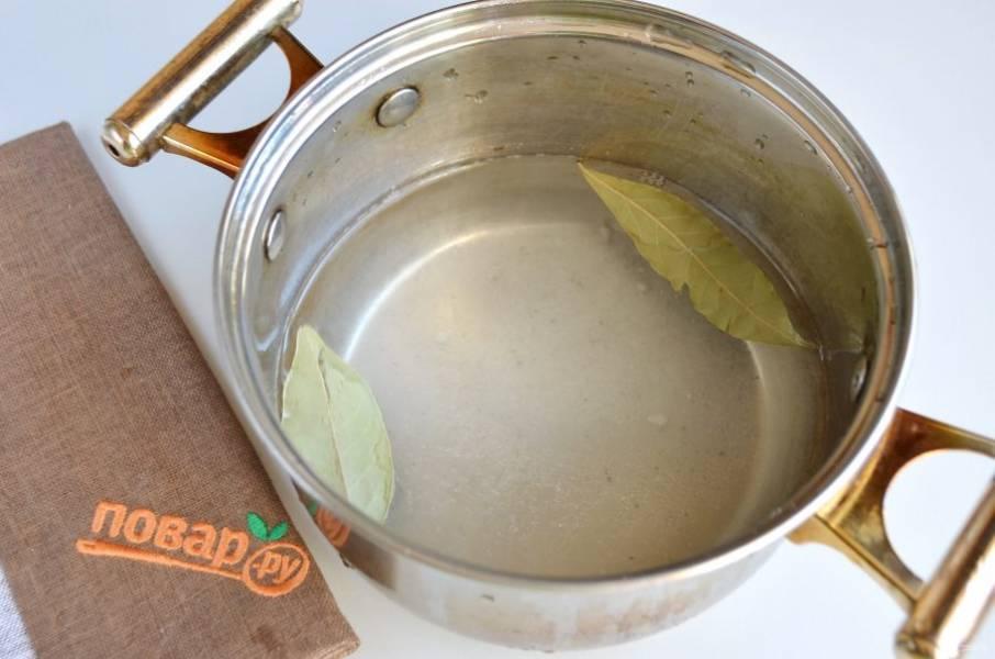 6. Из 500 мл воды, 20 г соли сварите рассол, также положите пару лавровых листочков.