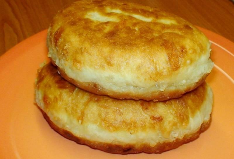 На горячей сковороде, политой маслом, запекаем пирожки под закрытой крышкой по 3 минуты с каждой стороны. Затем, открыв крышку, жарим ещё по 1 минуте с каждой стророны. Пирожки готовы. Приятного аппетита!