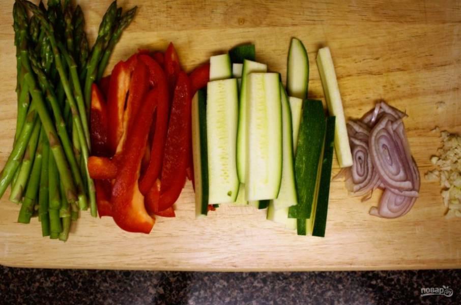 Подготовьте продукты овощи помойте, очистите, нарежьте. Спаржу, если длинная, разрежьте на несколько частей, перец порежьте крупной соломкой, выжмите сок лимона, натрите цедру.