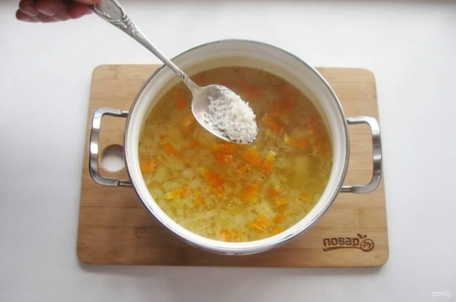 В рассольник добавьте промытый заранее рис.