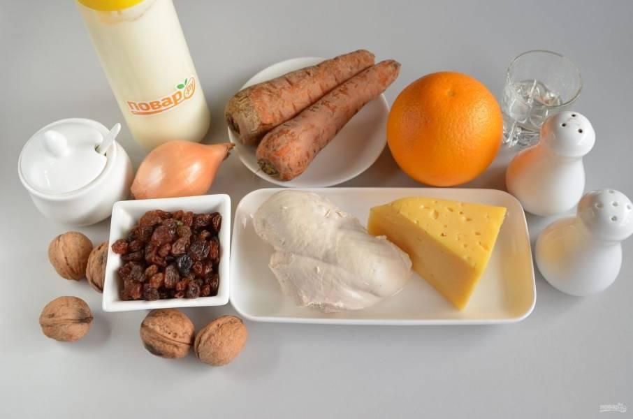 1. Подготовьте продукты для салата: заранее отварите куриное филе, морковь.