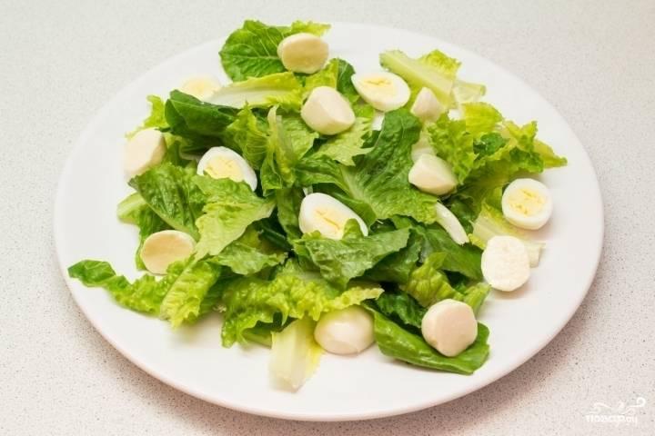 Моцареллу при необходимости отожмите, чтобы не было лишней жидкости. Разрежьте шарики пополам и выложите в салат к яйцам. В принципе использовать можно и обычную, кусковую моцареллу, тогда её просто нужно будет нарезать кубиками.