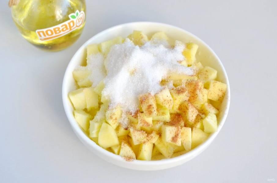 7. Яблоки очистите от кожицы, у меня ушло на булочки 5 яблок среднего размера. Порежьте мелко, добавьте сахар, корицу, сбрызните лимонным соком. Перемешайте хорошо. Начинка для булочек готова.