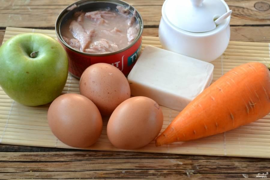 Подготовьте все необходимые ингредиенты. Яйца и морковь заранее отварите.