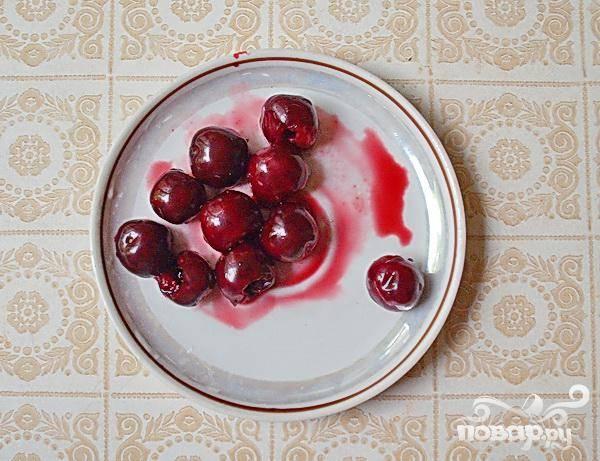 3.В ранней черешне мало мякоти и много сока, и к тому же она не очень мясистая, так что выбирать ягоды надо покрупнее. Промоем черешню. Затем ягоды отделим от черешков,  и вынимаем косточки при помощи булавки.