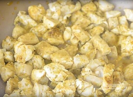 Обжариваем курицу до готовности, помешивая. Но не пересушите, ведь куриная грудка жарится очень быстро.