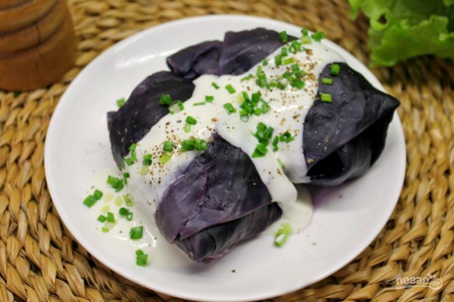 Голубцы подаем со сметаной, можно добавить перец, лук или чеснок по вкусу. Приятного аппетита!