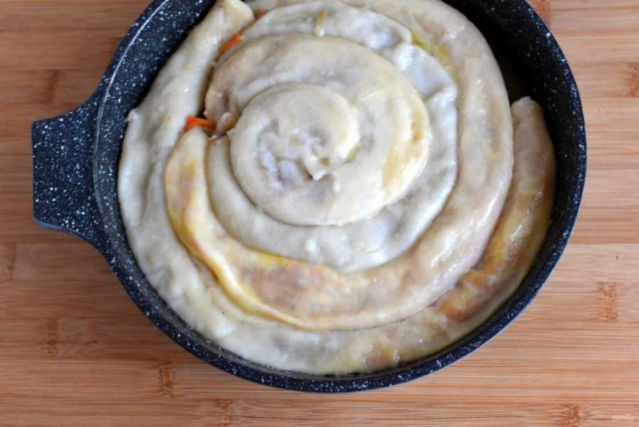 Готовый пирог смажьте сверху оставшимся сливочным маслом.