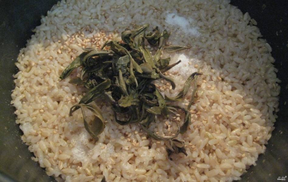 2. Теперь огонб выключим, добавим белый кунжут и чайные листья. Перемешаем.