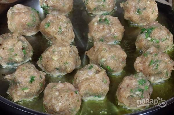5. На сковороде разогрейте немного оливкового масла и выложите туда шарики.