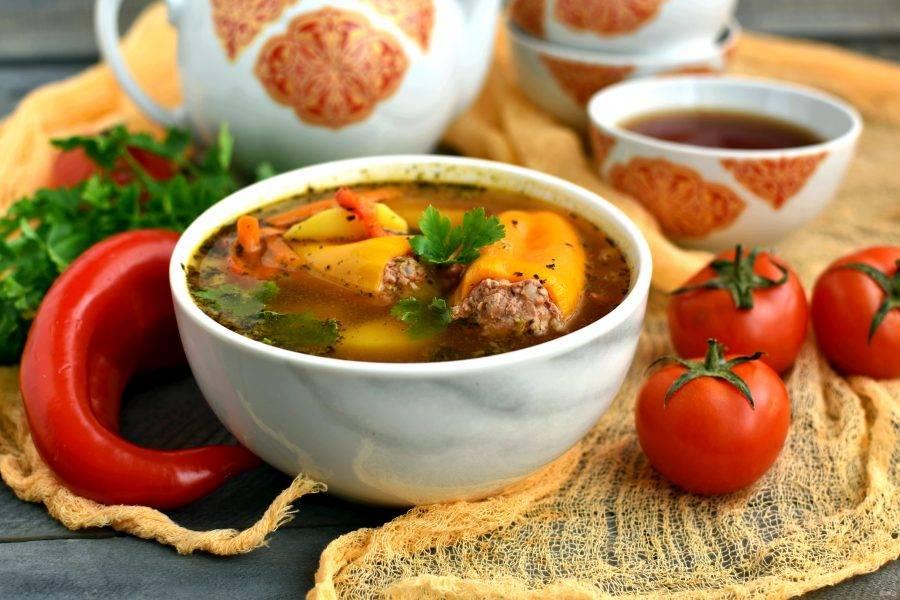 При подаче положите в касы или глубокие миски по паре перцев и залейте их ароматным горячим супом. Приятного аппетита!