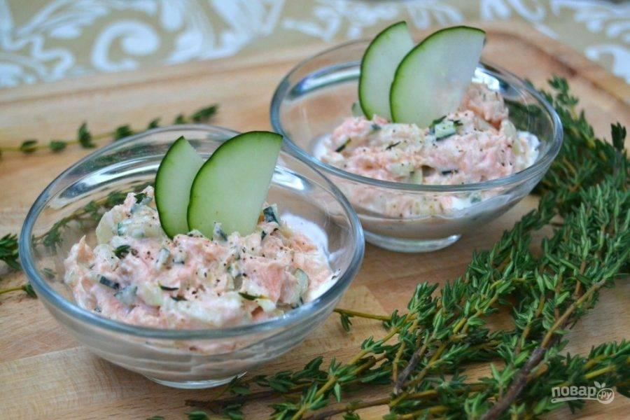 5.Выложите салат в подходящие формочки и посыпьте молотым тимьяном. Подавайте его сразу, украсив ломтиком огурчика.