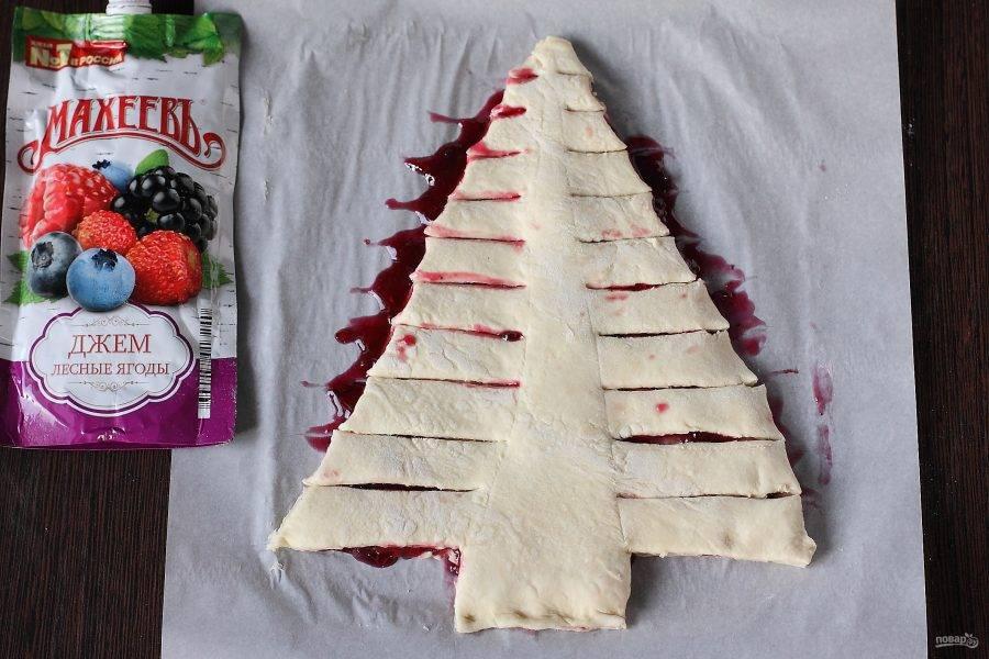 С каждой стороны пирога сделайте горизонтальные надрезы.