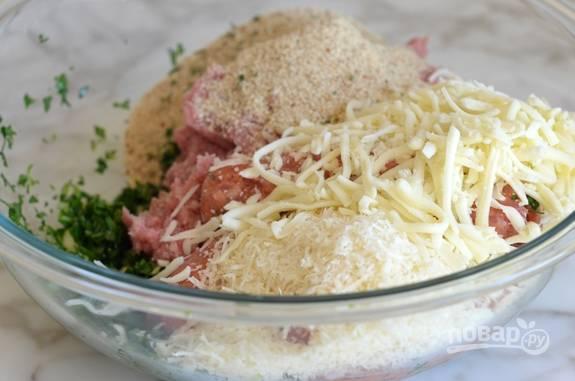 2. Потом добавьте к овощам весь тёртый сыр, фарш и сухари. Перемешайте ингредиенты.