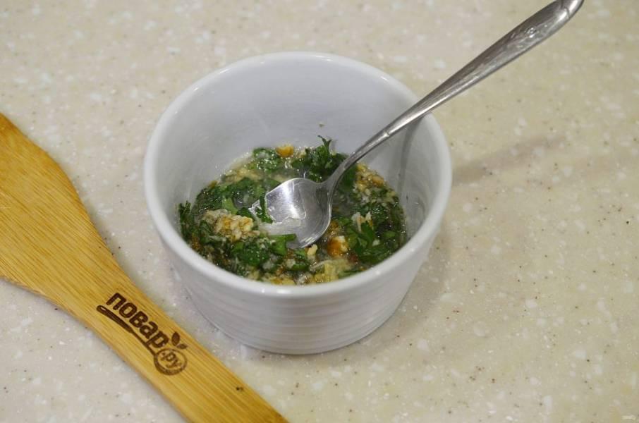 6. Измельчите орехи, зелень и чеснок, добавьте масло и немного воды. Перемешайте. Соус к цыпленку готов.