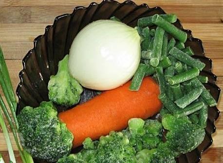 Тщательно промойте и очистите необходимые овощи.
