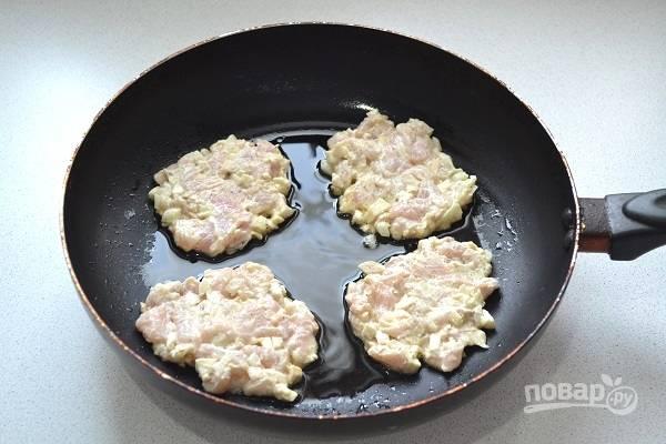 9. Ложкой выкладывайте фарш на разогретую сковороду с растительным маслом.