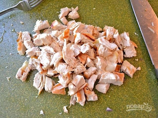 2.Остывшую куриную грудку нарезаю небольшими кусочками.