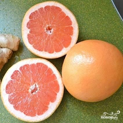 Грейпфрут хорошенько моем и разрезаем пополам.