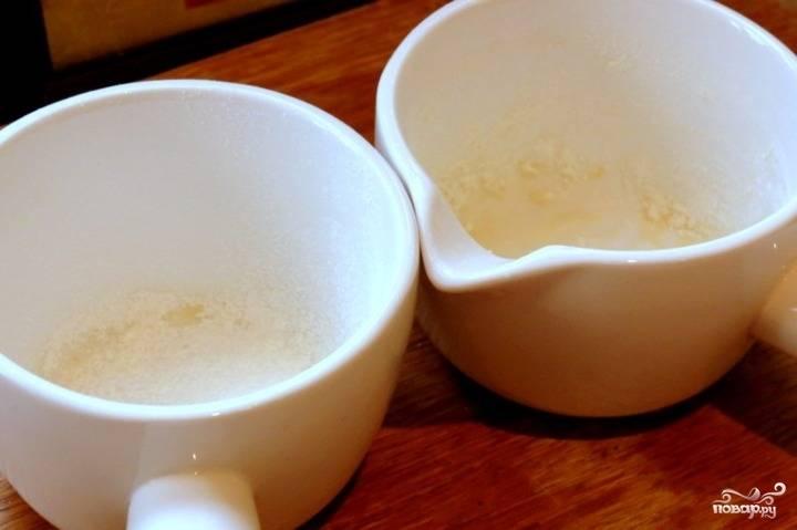 Разогрейте духовку до 200 градусов. Возьмите две небольшие формочки для запекания и смажьте их немного маслом. Также присыпьте мукой.