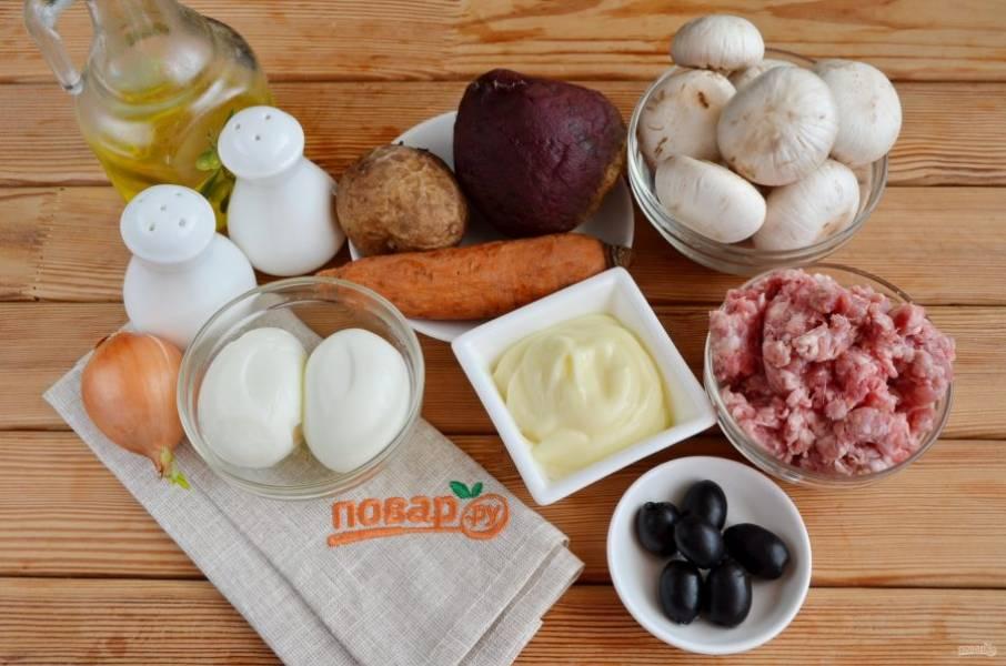 Подготовьте продукты, приступим! Все отваренные овощи и яйца нужно очистить. Грибы — вымыть и порезать пластинками, лук — полукольцами.