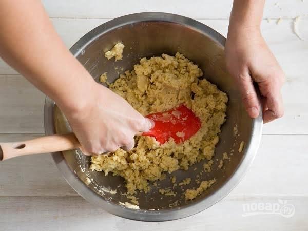 2. Муку соедините со щепоткой соли и сахаром. Добавьте холодное сливочное масло, нарезанное кубиками и разотрете все в однородную крошку. Постепенно добавляйте ледяную воду, замешивая однородное тесто.