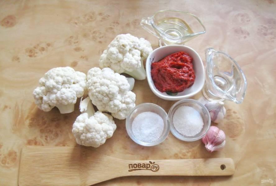 Подготовьте ингредиенты для приготовления цветной капусты в томатной заливке.