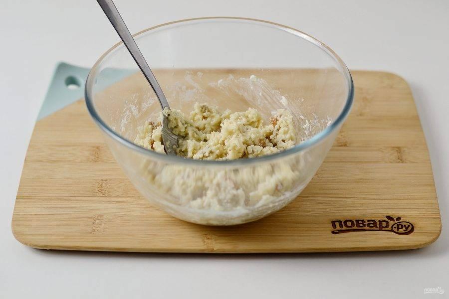 Затем добавьте еще 1-2 ложки молока и 2-3 ложки сиропа. Тесто должно получиться достаточно липким, чтобы из него можно скатать шарики. Уберите его в холодильник на 20 минут.