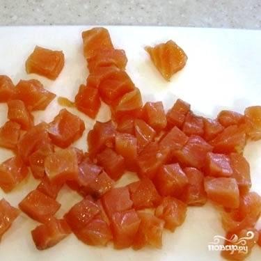 Небольшими кубиками нарезаем соленую семгу (немного семги оставьте для украшения).
