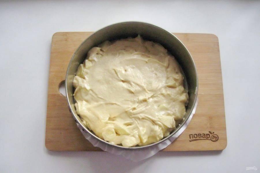 Выложите тесто в форму для запекания с пекарской бумагой.