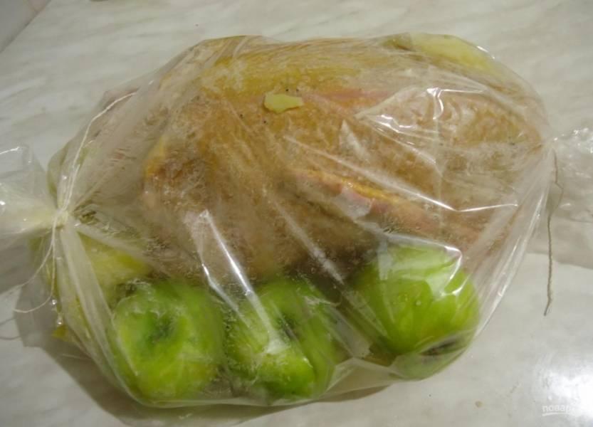 5.В рукав для запекания кладу утку, по бокам размещаю несколько яблок, плотно закрываю.