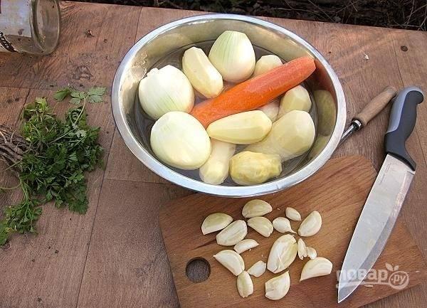 Теперь подготовьте все овощи, которые будут использоваться в блюде. Для этого очистите морковь, лук и чеснок. Снимите кожуру с картофеля. Клубни не должны быть слишком крупными.