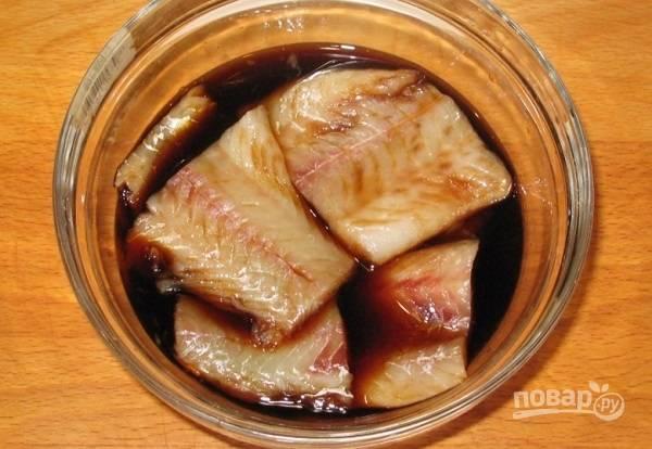 3. Отправьте в мисочку кусочки филе минтая, предварительно вымыв их и обсушив. Оставьте мариноваться минут на 15.