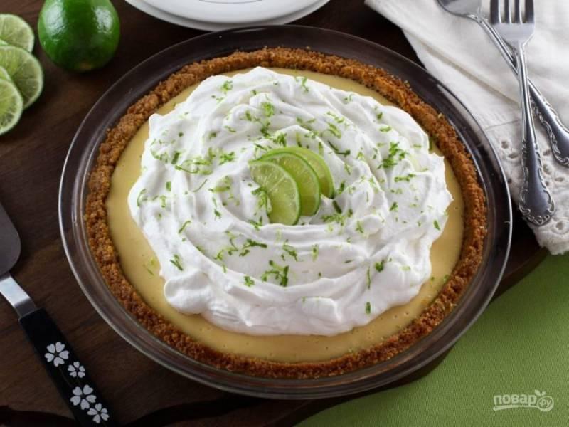 Украсьте пирог кремом, цедрой и дольками лайма. Приятного чаепития!