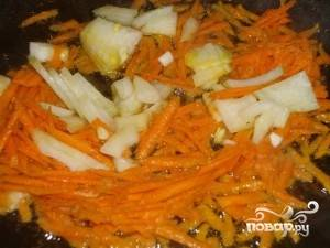 На сковороде обжариваем лук и морковь до золотистого цвета.