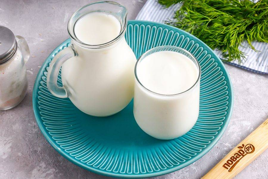 Подготовьте указанные ингредиенты. Они должны быть комнатной температуры. Йогурт выбирайте классический, без добавок. Молоко можно использовать любого сорта и любой жирности.