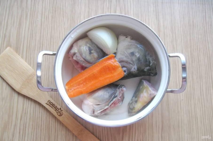 Добавьте морковь и лук.